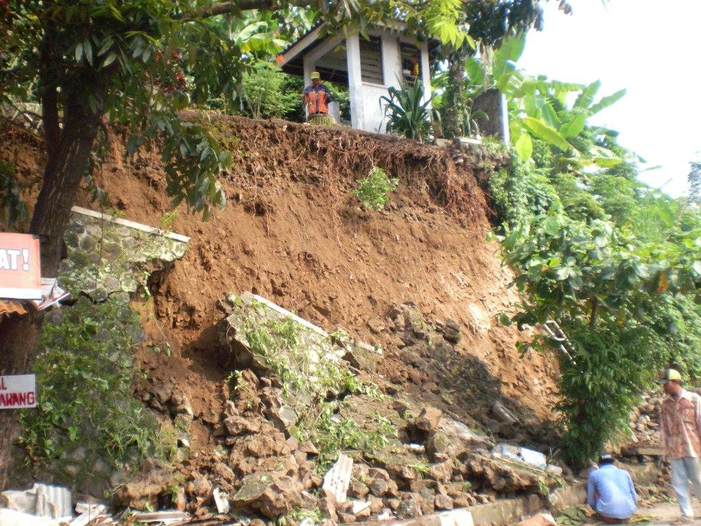 Tanah Longsor di Perempatan Jalan Gn. Butak Citepus Palabuhanratu