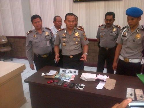 Kapolres Sukabumi AKBP Asep Edi Suheri  (Tengah)