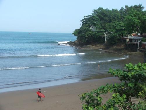 INDAH : Kawasan pesisir pantai yang masih terjaga keindahannya dan bisa dinikmati siapa saja. Jangan sampai menjadi milik pribadi untuk kepentingan bisnis.