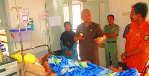BUPATI Sukabumi, Sukmawijaya, Senin (16/12/2013) menjenguk dan memberikan bantuan pengobatan kepada korban tanah longsor di ruangan Teratai, Rumah Sakit Umum Daerah (RSUD) Syamsudin, Aos (46), warga Kampung Citaman, RT O9/O6, Desa Tangkil, Kecamatan Cidahu.