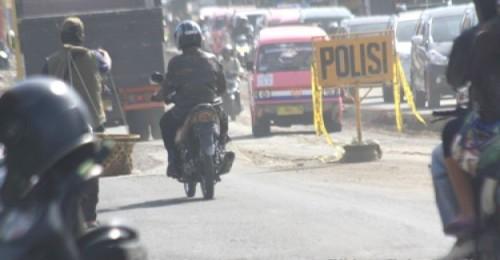 MENJELANG liburan panjang pergantiaan tahun baru, para wisatawanmengeluhkan kerusakan jalan di Kota dan Kabupaten Sukabumi