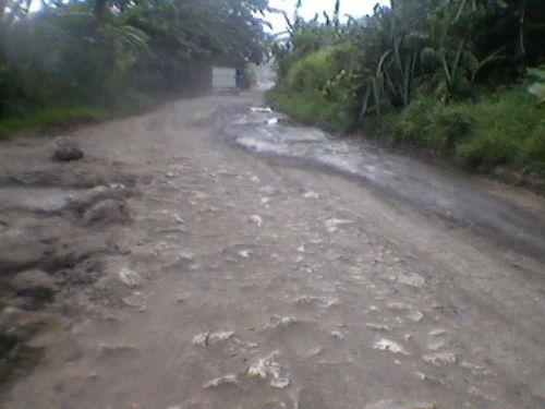 Jalan raya lintas provinsi (perbatasan provinsi) penghubung antara Saketi - Malingpin - Bayah - Cibareno  rusak parah