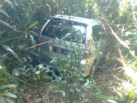 Mobil Avanza yang terperosok kedalam hutan lindung dicurigai membawa imigran gelap
