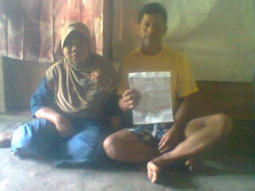 Ade dan Nimah orang tua Siti Aliah Julfizah TKW yang selam 5 tahun tidak  pulang, memperlihatkan surat kontrak kerja Siti selama di Saudi.