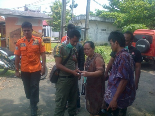 Keluarga almarhum Sarifulloh, korban terseret  ombak ketika mendat