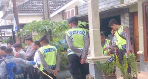 Aparat Kepolisian mengamankan rumah korban pembunuhan guna penyelidikan lebih lanjut.