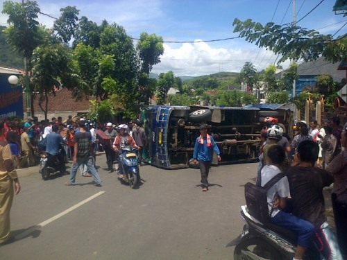 Bis MGI jurusan Palabuhanratu - Bogor terguling di perempatan lampu merah tanjakan Asem Palabuhanratu Kab.Sukabumi