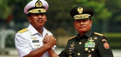 Panglima TNI Jenderal TNI Moeldoko (kanan) bersalam komando dengan pejabat lama Panglima TNI Laksamana TNI Agus Suhartono seusai upacara serah terima jabatan