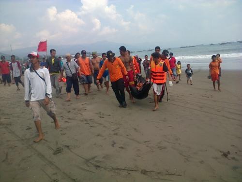 Tim SAR Gabungan sedang mengevakuasi korban ombak pasang