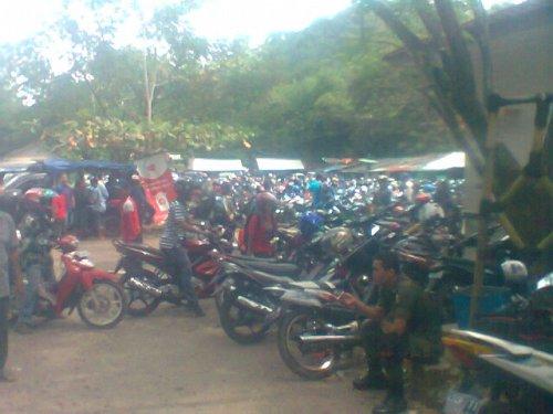 Parkir di kawasan objek wisata Cipanas Cisolok