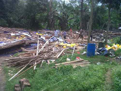 kebakaran melanda kandang di proyek ternak ayam pedaging  di Kampung Bojonglongok RT 02/05 Desa Bojonglongok Kecamatan Parakansalak kabupaten Sukabumi