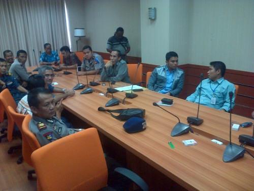 Perwakilan nelayan diajak diskusi oleh pihak menejemen PLTU  (Photo : Iyang Sudiharto)