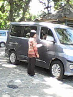 Petugas retribusi pantai Karangnaya Palabuhanratu