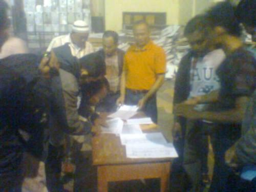 KPU Kab. Sukabumi sedang membuka kotak suara di GOR Palabuhanratu (Photo : Budi Genda)