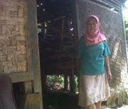 Pipin (58) Warga Kp. Cipurut RT. 23/07 Ds. Gunung endut Kec. Kalapanunggal Kab. Sukabumi Jawa Barat sudah satu tahun tinggal di kandang kambing.