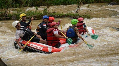 TIM Federasi Arung Jeram Indonesia dan federasi internasional saat menguji coba trek Pre-World Rafting Championship 2014 di Sungai Citarik, Kecamatan Citarik, Kabupaten Sukabumi, Minggu (29/11/2014). Federasi Arung Jeram Indonesia menggelar kejuaraan tersebut selain sebagai syarat penyelenggaraan WRC 2015, juga untuk menyeleksi tim yang layak untuk mewakili Indonesia.*
