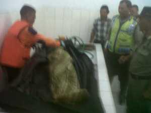 Pengamen cilik warga kampung Bojong Talang RT 04/05 kelurahan / kecamatan cibadak kabupaten Sukabumi itu, ditemukan dibawah permukaan air sekitar 200 meter dari lokasi jatuh