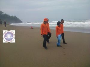 Tim Sar sedang mengawasi pesisir pantai setelah menyelamatkan 2 orang yang selamat tergulung ombak