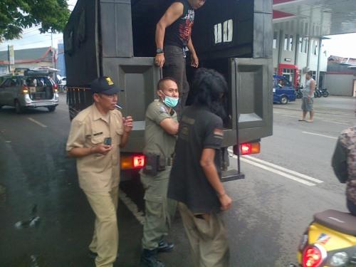 Sat Pol PP Kab.Sukabumi saat menertibkan orang yang tak waras di Jalan Siliwangi Palabuhanratu