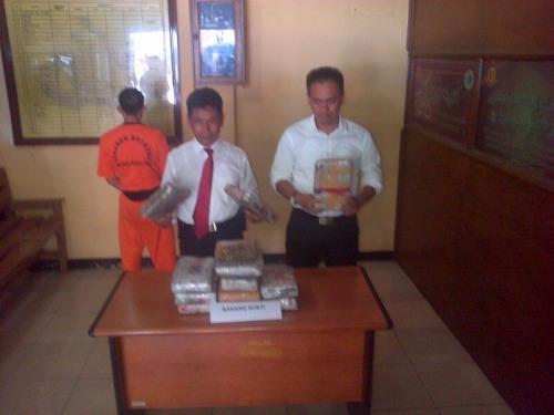 Kepala Satuan Narkoba Polres Sukabumi AKP Athena Rustandi  barang buktiganja seberat 12,5 kg