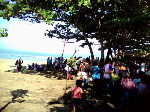 Kegiatan bersih -bersih pantai sepanjang 117 km di kabupatensukabumi  yang akan dicatat di museum rekor indonesia