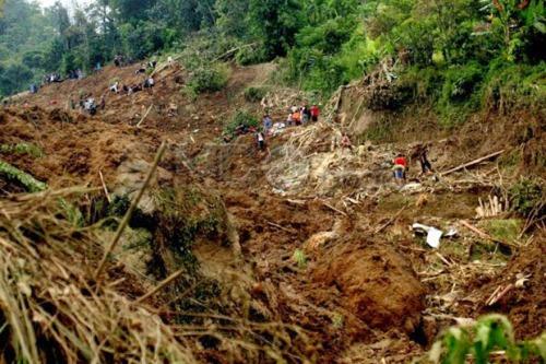 longsor di Kampung Cimerak RT 25/7 Desa Tegal Panjang, Kecamatan Cireunghas, Kabupaten Sukabumi, Jawa Barat