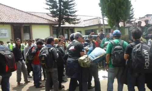Sejumlah awak media terdiri dari media cetak dan elektronik yang bertugas diwilayah Sukabumi, melakukan aksi demo dihalaman Kejaksaan Negeri (Kejari) Cibadak kabupaten Sukabumi Jawa Barat.