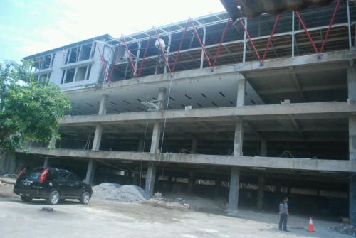 Bangunan empat lantai milik selamat toserba meyalahi aturan