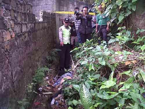 Sesosok jasad ditemukan disolokan belakang gedung SDN 5 Cibadak, Setelah diketahui ternyata jasad Kilah (48) yang sehari-harinya bertugas sebagai guru disekolah tersebut.