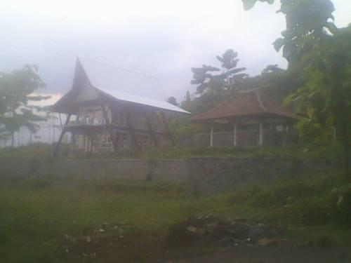 Bangunan perpustakaan yang berada di Gn.Butak Palabuhanratu sudah 2 tahun tidak difungsikan. (Photo : Palabuhanratu Online)