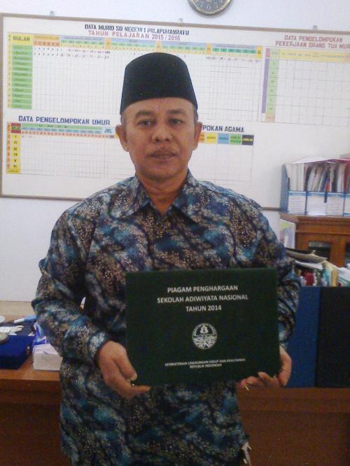 Satibi Kepala Sekolah Negeri 1 Palabuhanratu  dengan piagam penghargaan Sekolah Adiwiyata  Nasiaonal