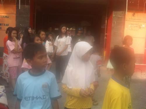 Warga yang melakukan penggerebekan di Wisma Galung perum BTN Cipatuguran Palabuhanratu