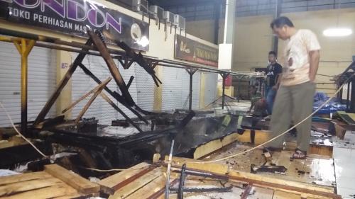 Dua kios Sembako yang terbakar di Pasar semi moderen Palabuhanratu (Photo : Palabuhanratu Online)