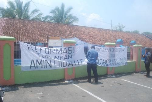 Spanduk turunkan Kades Cidadap masih terpasang dipagar kantor desa. Foto : Erick