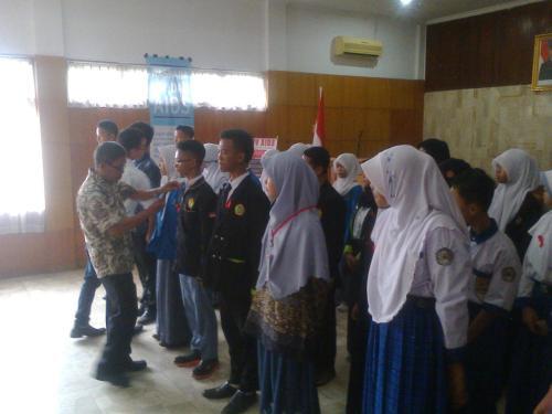 Penyematan Pin Bros kepada Perwakilan siswa Pelajar Peduli AIDS dari 23 sekolah diwilayah empat Kabupaten Sukabumi