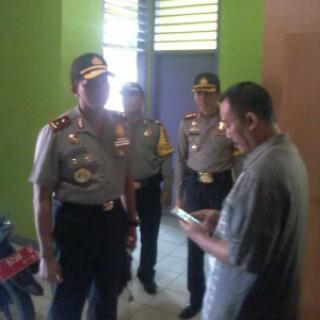 Kapolda Jabar Irjen Pol Drs. Moechgiyarto saat berbincang dengan Camat Cisolok Arif Solihin