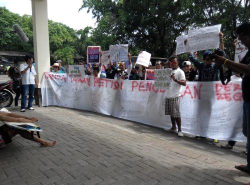 Aksi demo tolak pembangunan pelabuhan pengumpan regional di pantai karang pamulang di gedung Setda Kab. Sukabumi oleh forum masyarakat peduli pantai karang pamulang