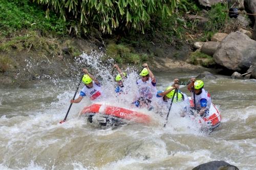 5. Tim nasional Indonesia U-23 Putra dalam nomor Head To Head, Kejuaraan Dunia Arung Jeram (WRC) 2015 Indonesia, di Sungai Citarik, Kabupaten Sukabumi, Jawa Barat (Lassak Image)