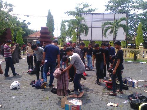 Anggota Geng motor yang diamankan dan digeledah oleh aparat kepolisian Polres Sukabumi dihalaman Makopolres Sukabumi