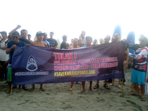 Komunitas Surfing dan Padas Palabuhanratu  melakukan Aksi damai tolak pembangunan dermaga pengumpan regional di pantai karang sari palabuhanratu kabupaten Sukabumi (Photo : Palabuhanratu Online)