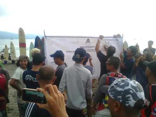 Aksi tanda tangan menolak pembangunan pelabuhan pengumpan regional. (Photo : Palabuhanratu Online)
