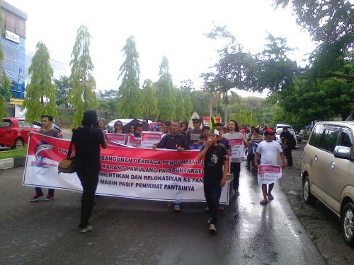 Unjukl rasa tolak pelabuhan pengumpan regional melakukan long march menuju gedung DPRD Kab.Sukabumi (Photo :Palabuhanratu Online)