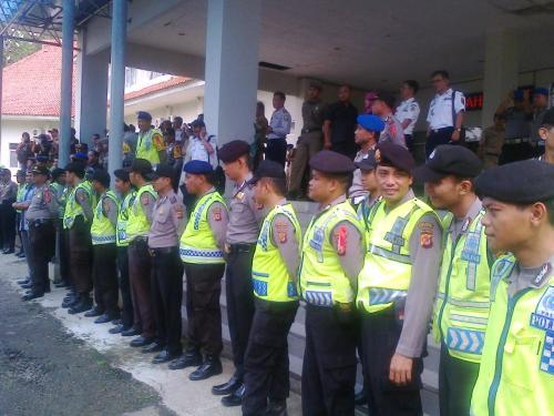 Satuan Dalmas Polres Sukabumi menghadang para pengujuk rasa tolak pelabuhan regional di gedung DPRD Kab.Sukabumi @Palabuhanratu Online