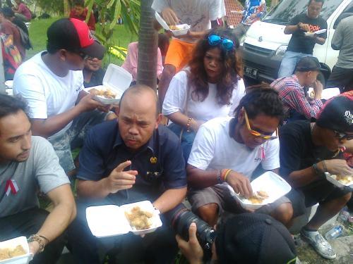 Ketua DPRD Kab.Sukabumi Agus Mulyadi makan bersama para pengunjuk rasa dihalaman gedung DPRD Kab.Sukabumi setelah para pengunjuk rasa membagikan nasi kotak (Photo : Palabuhanratu Online)