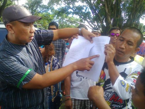 Forum peduli Pantai karang Pamulang Palabuhanratu memperlihatkan Surat Keputusan Menteri yang salah menentukan lokasi pembangunan pelabuhan pengumpan regional. (Photo: Palabuhanratu Online)