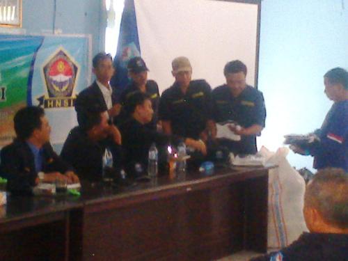 DPC HNSI Kab. Sukabumi membagikan atribut kepada para nelayan (Photo : Palabuhanratu Online)