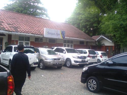 Parkiran kendaraan dari luar daerah yang memenuhi area parkir disebuah hotel yang ada di Palabuhanratu (Photo : Palabuhanratu Online)