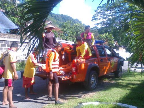 Basarnas sukabumi dan Balawista sedang mengevakuasi jasad Aldi (Photo : Palabuhanratu Online)