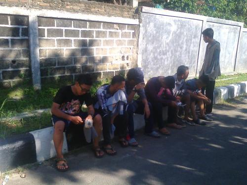 Rekan-rekan Aldi yang selamat (Photo : Palabuhanratu Online)