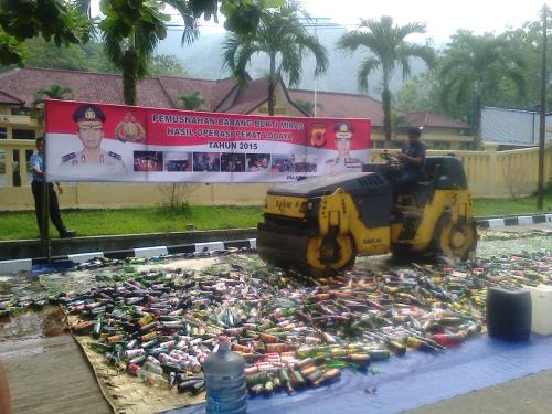 Pemusnahan ribuan botol miras dihalaman Mako Polres Sukabumi {Photo :  Palabuhanratu Online)